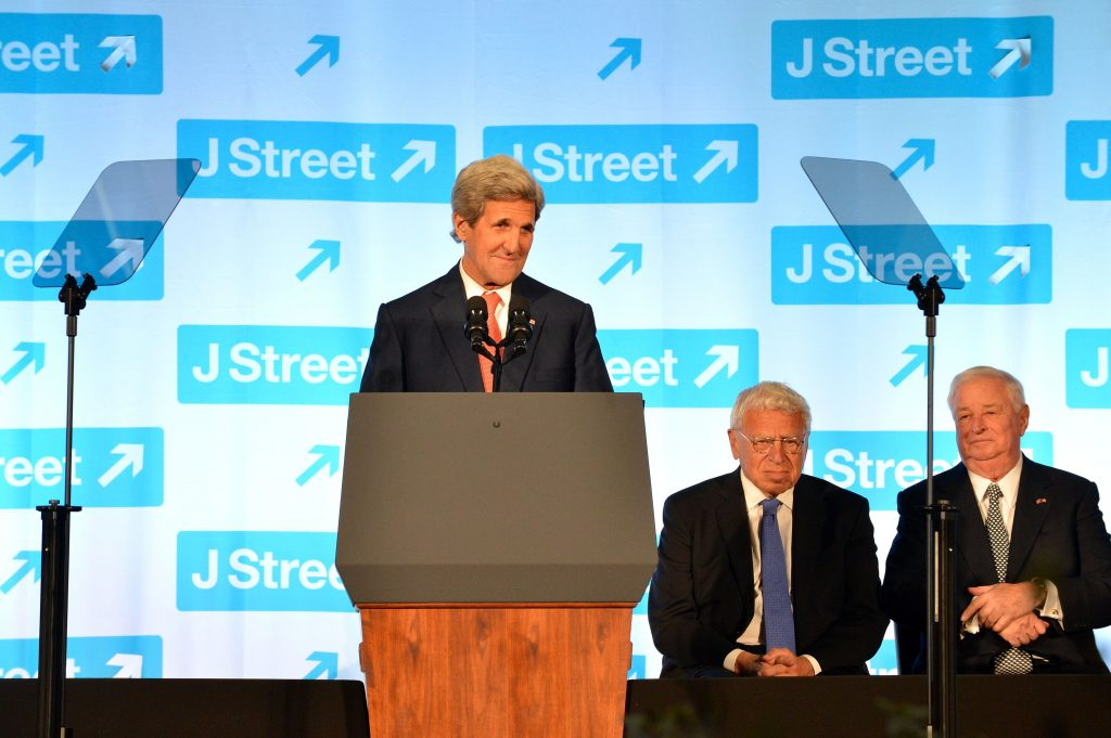 John Kerry prononce une allocution au gala national 2016 de J Street. 18 Avril 2016, au Ronald Reagan Building and International Trade Center àaWashington, D.C. [State Department photo/ Public Domain]